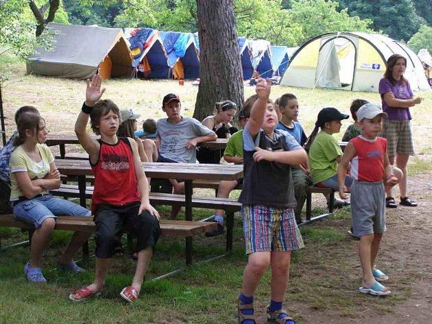 Členové kroužku  mladých hasičů z Bukovice a jejich kamarádi z Nízké Srbské tráví dny prázdnin na táboře v Benešově.