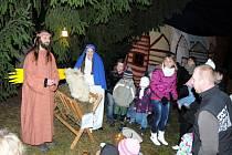 Přes dva tisíce let starým biblickým příběhem ze starobylého Betléma o zrození spasitele ožilo v podvečer prostranství u vánočního stromu v Červeném Kostelci.