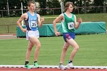 DOMÁCÍ CHODEC Luděk Hanč (vpravo) nestačil v závodě mužů na 5000 metrů pouze na vítězného Lukáše Gdulu z pardubické Hvězdy.