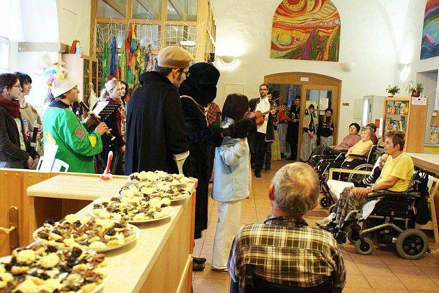 Žáci a učitelé z jaroměřské ZUŠ F. A. Šporka navštívili minulý víkend Domov sv. Josefa v Žirči, kde potěšili svým masopustním vystoupením klienty nemocné roztroušenou sklerózou a předali jim výtěžek  z masopustu.