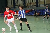 Vítězstvím nad F.A. Zole Česká Lípa se futsalisté Bělovsi (u míče) vyhoupli do středu druholigové tabulky.