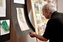 Na výstavě, která je přístupná zdarma každý den od 10 do 16 hodin, až do 27. června, jsou k vidění velkoformátové fotografie, plakáty akcí či rekvizity ze zahrady.