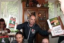 CHOVATEL OVCÍ Jan Šefc (uprostřed stojící) a ochránce Miroslav Kutal (v košili) se na řešení přijatelném pro obě strany jen těžko shodnou.