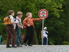 Z NATÁČENÍ filmu Něžné vlny před školou v Jaroměři.