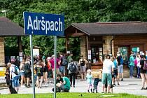 Začaly prázdniny a o prodlouženém víkendu do Adršpachu dorazili výletníci ve velmi hojném počtu. V neděli mezi 10:00 až 14:00 byla kapacita, která umožňuje vstup 400 návštěvníků za hodinu vyčerpána.