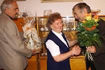 Anně Rusové přišli domů k životnímu jubileu poblahopřát také starosta Červeného Kostelce Petr Mědílek (vpravo) a jeho zástupce Karel Cejnar.