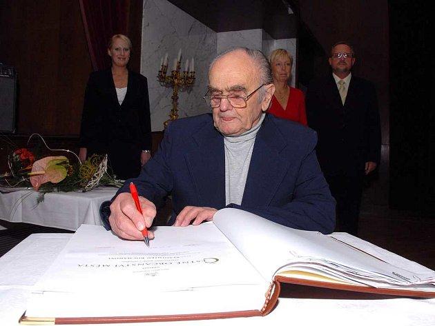 Vladimíru Suchánkovi, Karlu Sekyrovi a Vladimíru Rocmanovi udělili v Novém Městě nad Metují čestné občanství.