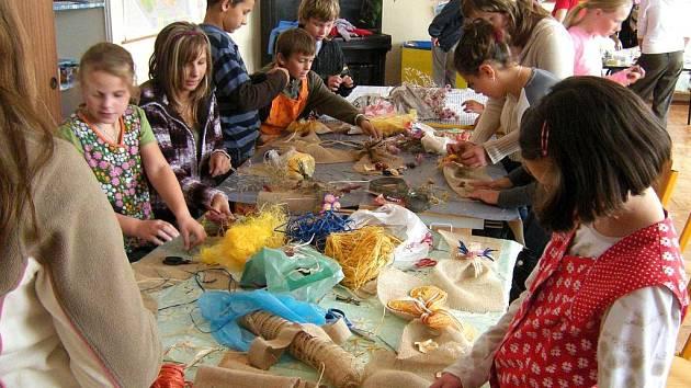 Žáci Základní školy ve Velkém Poříčí tvoří výrobky pro Hospic Anežky České Červený Kostelec.