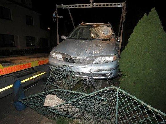 Mladý muž při jízdě nočními ulicemi Náchoda nezvládl průjezd pravotočivou zatáčkou, dostal se s autem mimo vozovku na travnatý pás a následně narazil do betonových sloupků a drátěného plotu.