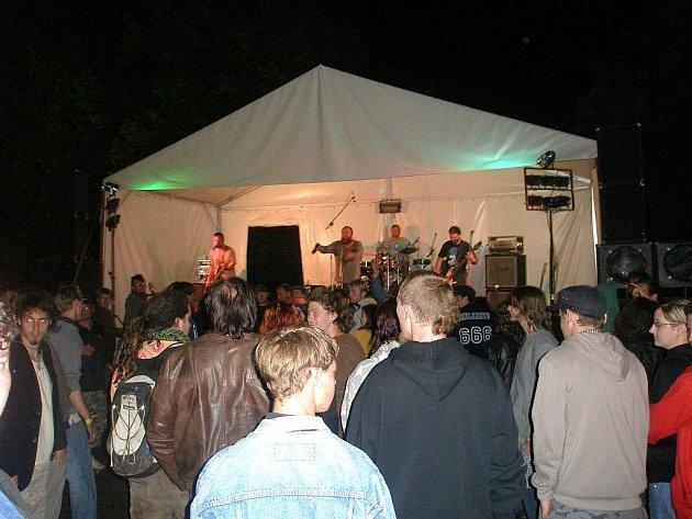 Rockfest v Bezděkově nad Metují.
