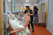V broumovské nemocnici zorganizovali včera na oddělení lůžek následné péče a sociálních lůžek skupinovou uměleckou terapii, kterou připravila studentka uměleckých terapií Nikol Trnovcová.