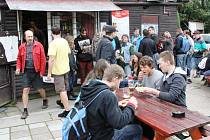 DESET HOSPOD NOVOMĚSTSKEM se půjde zítra počtyřicáté. Účastníci musí navštívit deset osvěžoven a v každé vypít pivo – jako na snímku z roku 2012 u Sokolovny.