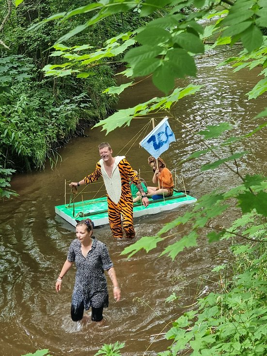 """Celkem 13 plavidel z řad """"domamontů"""" se v sobotu zúčastnilo Neckyády na řece Stěnavě."""