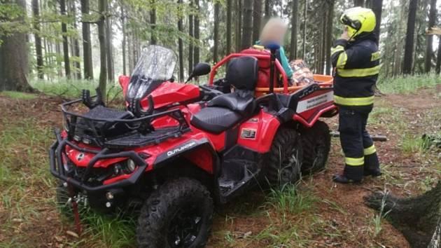 Pro zraněného turistu museli hasiči na šestikolce
