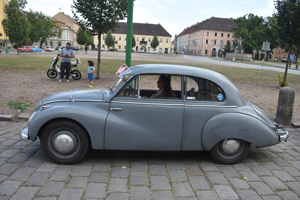 Majitelé a příznivci dvoutaktů nejen z Eisenachu vyrazili v rámci 14. Wartburg srazu od královéhradecké Orlice parku k ratibořickému zámku a odtud do pevnostního Josefova.