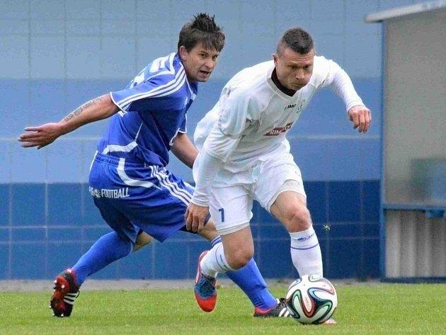 NÁCHODSKÝ záložník Marek Srkal (v bílém) obchází jednoho z letohradský protihráčů v zápase, v němž nakonec Letohrad vyhrál 2:0.