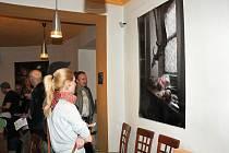 Fotografové z celého regionu se sešli na slavnostní vernisáži v náchodské galerii Slávie, kde v těchto dnech vystavuje Marek Štim.