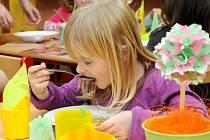 Vyvrcholením týdne řemesel v mateřské škole v Hronově byla praktická ukázka stolování.