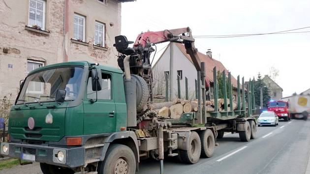 Nehoda nákladního automobilu v Broumově.