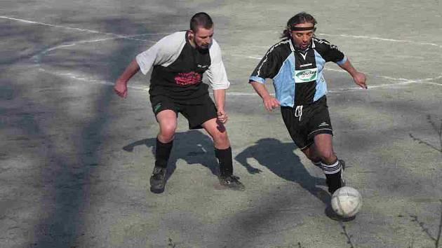 Hráč Řešetovy Lhoty se snaží vyzrát na stínujícího protihráče z Vamberka.