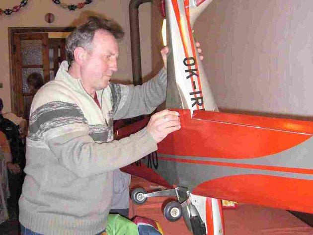 iří Plachta na schůzi  představil maketu letadla Zlin Z–50 L. Tímto typem letadla si letecký akrobat Petr Jirmus vylétal mistra Evropy i světa.