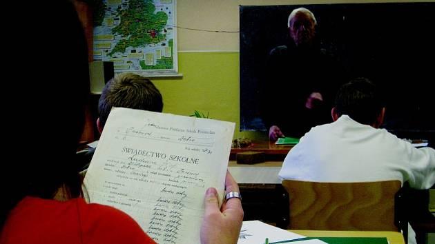 VÁLEČNÝ VETERÁN JOSEF LEDVINA (na snímku stojící), kterému před devíti dny bylo devadesát let, vyprávěl osmákům a deváťákům základní školy v Martínkovicích o hrůzách II. světové války.