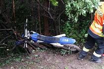 Mladík jedoucí na terénním motocyklu Yamaha YZ250 F modrobílé barvy směrem vjel na pravou nezpevněnou krajnici, následně se dostal mimo vozovku a tam přední částí motocyklu narazil do stromu.