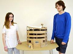 Studenti z Náchoda postavili krystalovou budovu a lázně z vlnité lepenky