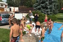 S letními prázdninami se děti rozloučily pořádnou koulovačkou, která má v Náchodě tradici již od roku 2010.