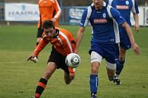 SE SUVERÉNEM soutěže, mužstvem Kolína, sehráli náchodští fotbalisté dvě naprosto vyrovnaná utkání. Na podzim doma s Kolínem remizovali a na jaře s ním prohráli 1:2.