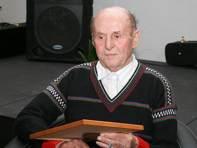 K řadě svých ocenění přibylo Zdislavu Kernerovi z Hronova další, a to z historicky prvního Galavečera krajského fotbalu.