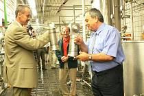 Na ilustračním snímku si připíjejí při loňském otevření nové linky generální ředitel pivovaru Josef Hlavatý (vlevo) a starosta Náchoda Oldřich Čtvrtečka.
