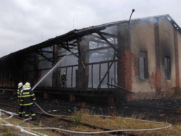Požár v Jaroměři v Nádražní ulici.