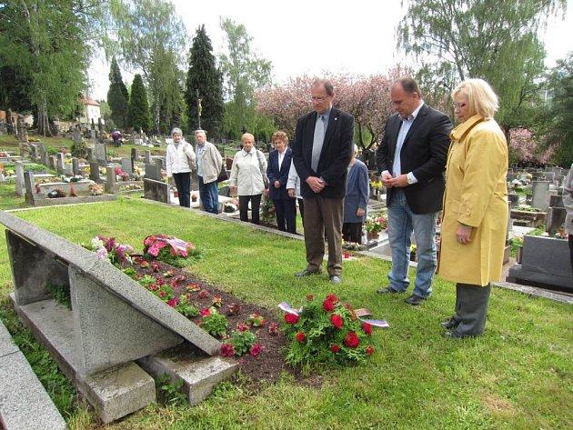 Představitelé města uctili květinami památku obětí druhé světové války.