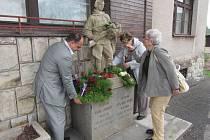 V NÁCHODĚ si připomněli padlé vojáky například u bývalé celnice v Bělovsi, o kterou se před 68 lety bojovalo.