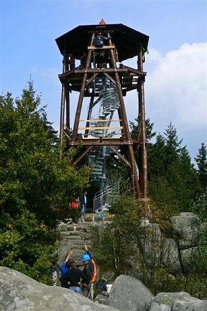 Nová rozhledna na Čapím vrchu nad osadou Bischofstein.