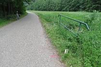 Cyklistka přepadla přes kovové zábradlí.