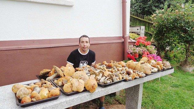 BOHATOU ÚRODU KŘEMENÁČŮ si ssebou zúterní a středeční procházky lesem na Trubějově nesl Josef Vlášek zNáchoda.