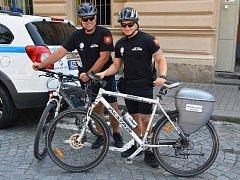 CYKLOHLÍDKA Městské policie v Jaroměři vyráží na kolech na obhlídky parků či cyklostezky i v tropických vedrech.