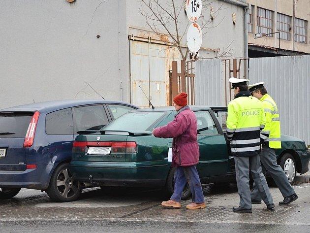 Nabouraná auta u náchodského nádraží. V pondělí večer je nabral autobus.