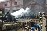 Požár v Martínkovicích hasilo sedm jednotek.