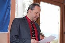 Obhájil post předsedy. Další čtyři roky povede Petr Vítek (na snímku) Okresní fotbalový svaz na Náchodsku. Volby probíhaly netradičně venku a Vítek byl kluby zvolen téměř jednomyslně.