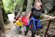 ZBÝVALO PŘIBÍT POSLEDNÍ PRKNO na nově zrekonstruovaný chodník a turisté mohli po roce opět vyrazit po žluté. Zavádí je do panenské přírody nejcennějšího území národní přírodní rezervace Adršpašsko-teplických skal, do Vlčí rokle.