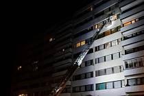 Včerejší transport nadměrného pacienta z paneláku přes balkon