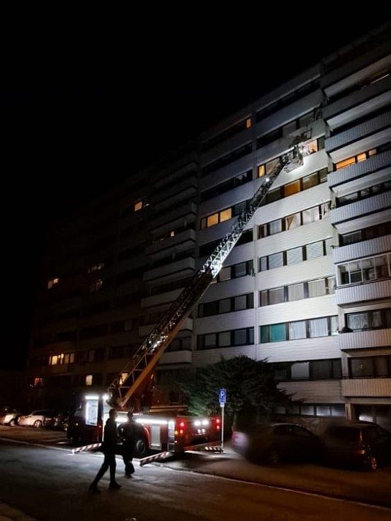 Transport nadměrného pacienta z paneláku přes balkon