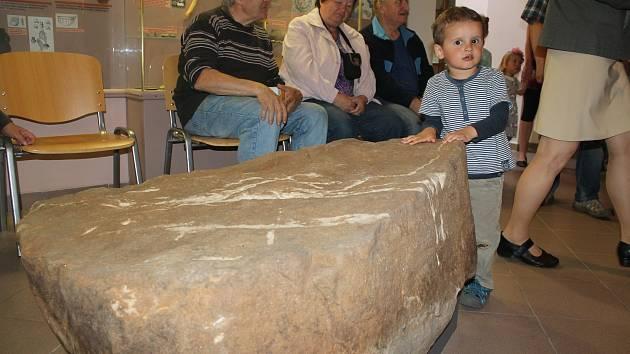 Představení posvátného kamene v muzeu. Foto: Deník/Jiří Řezník