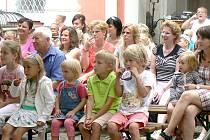 Nádvoří kláštera v Broumově se ve středu odpoledne zaplnilo převážně malými dětmi a jejich rodiči či prarodiči.