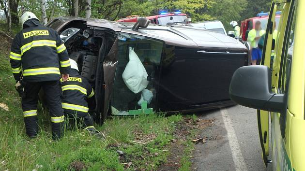 Auto skončilo na boku, řidič chtěl zabránit srážce.