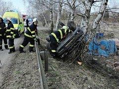 Automobil vyjel ze silnice a narazil do stromu.