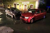 Na křižovatce v Hronově se srazila dvě auta.